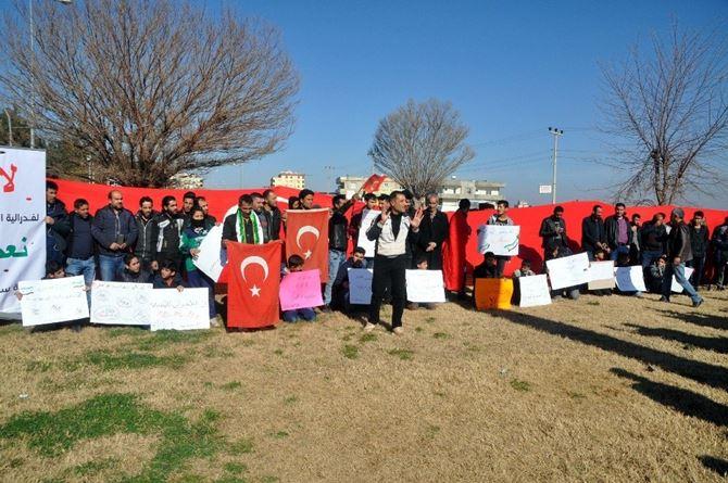 Photo of Suriye'liler Sınırda YPG ve ABD'yi Protesto Etti